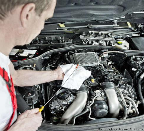 Motorölstand kontrollieren